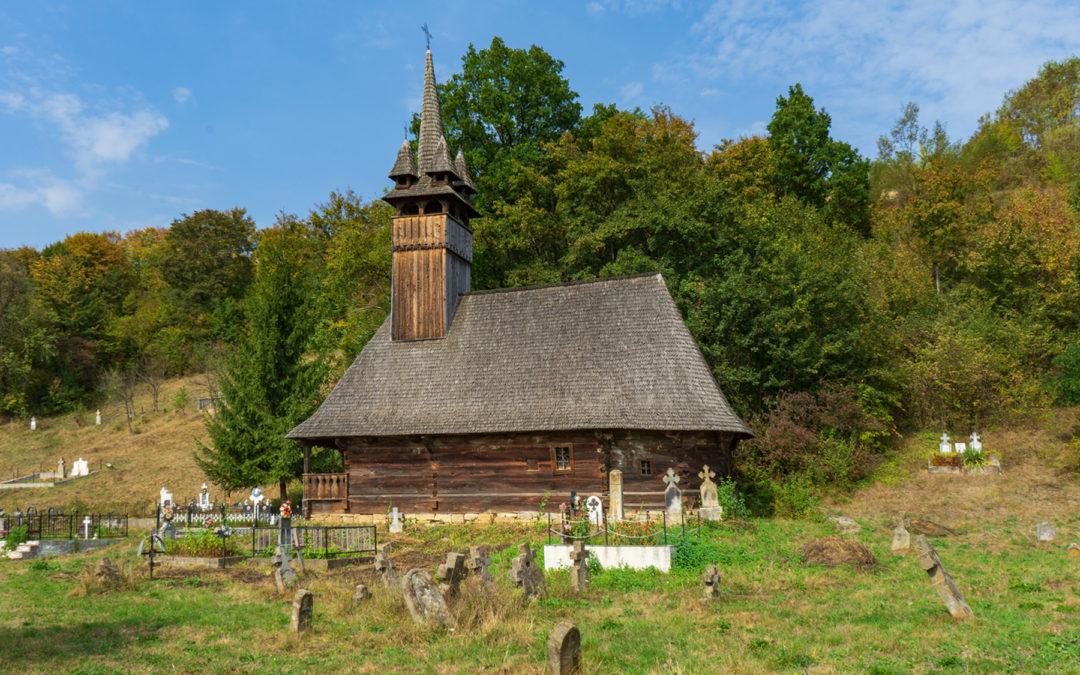 """Biserica de lemn """"Sfinţii Arhangheli Mihail şi Gavril"""" din Răzoare"""